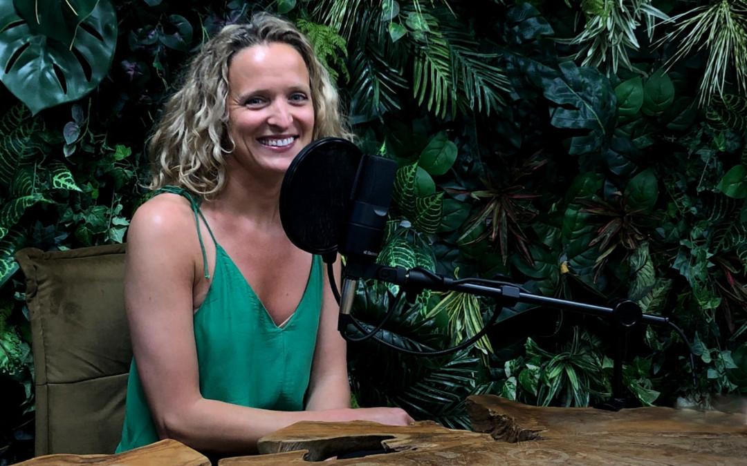 Simona Bagarová před mikrofonem